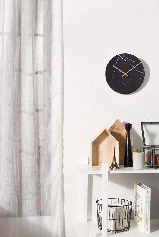 Marmor og guld i en smuk kombination er ideen med designet på Marble Time uret til væggen eller hylden fra Zuiver.
