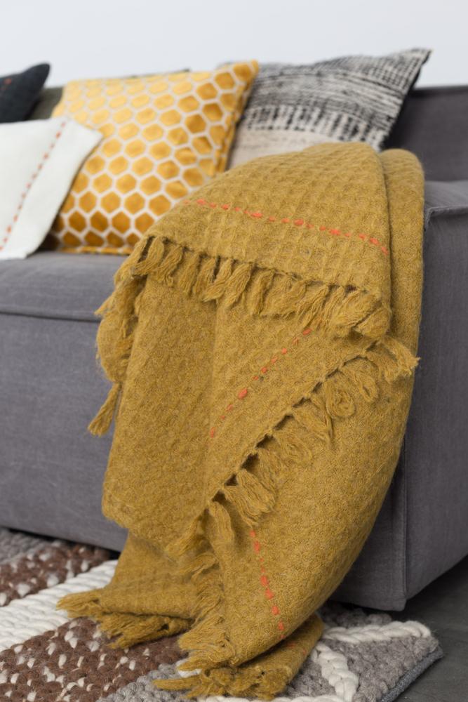 Når vinteren og det kolde vejr trænger sig på er det rart at kunne få varmen med for eksempel en plaid i boligen.
