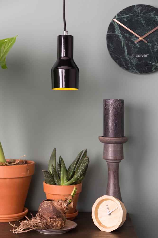 Den lille Mora S loftslampe og pendel fra Zuiver ses her i en flot sort farve over et bord.