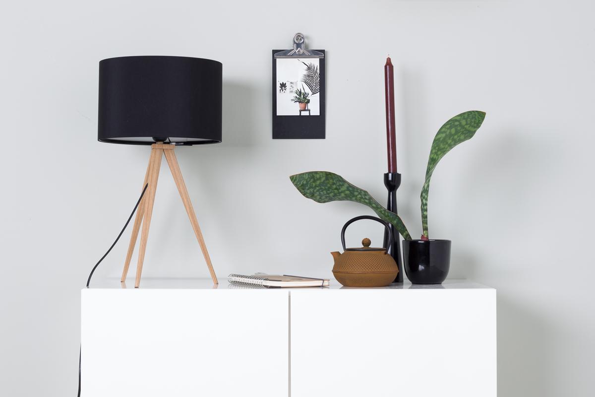Tripod Wood er en flot bordlampe fra Zuiver, som du kan købe her hos BoShop.
