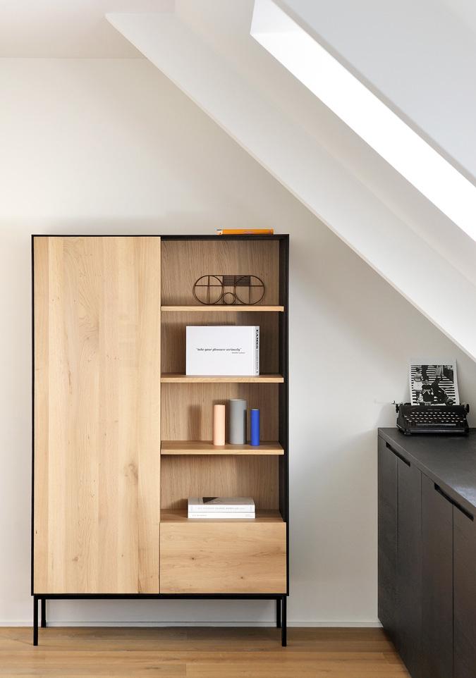Et opbevaringsskab fra BoShop er blot et eksempel på, hvordan den diskrete nordiske og skandinaviske stil kan skabe perfekt ro og atmosfære i hverdagen. Et simpelt og klassisk træskab med rene linjer skaber en følelse af ro og stilhed i din bolig.