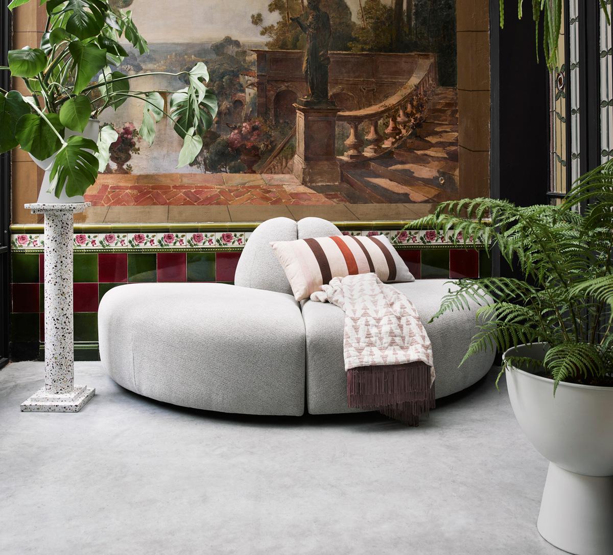 De geometriske former og mønstre er legende elementer, som giver indretningen et dynamisk og energisk præg.