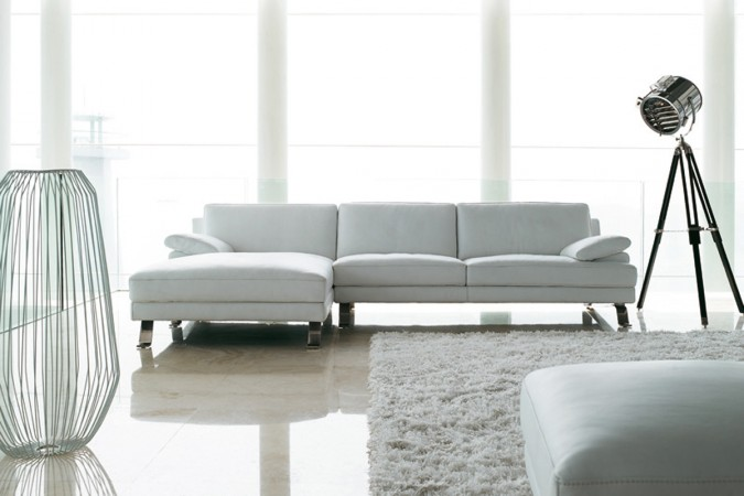En hvid lædersofa pryder her en bolig i indretningen.