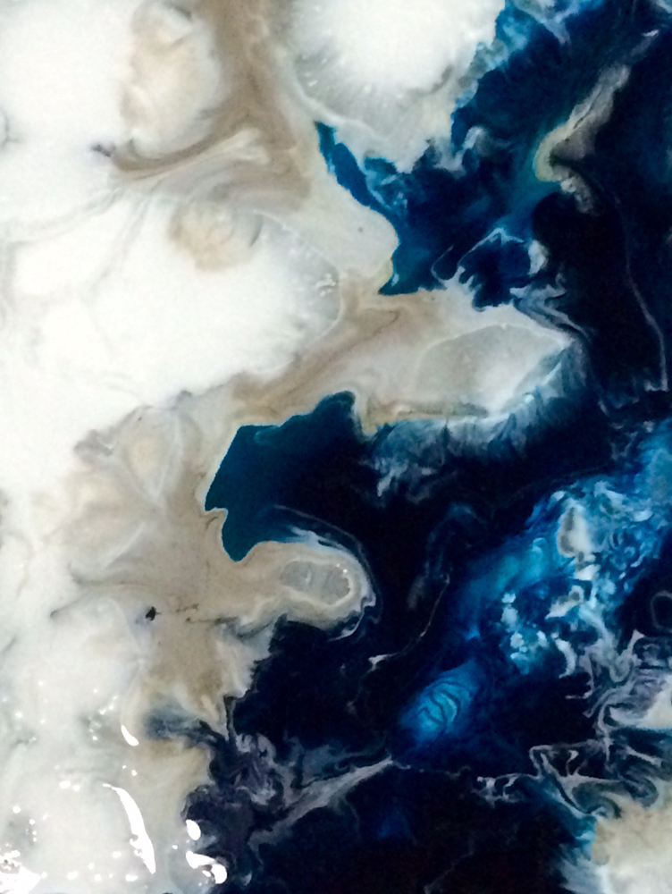 Du kan vælge mønstre, der også er inspireret af naturen med bakkerne og sofabordene fra Notre Monde. Havets blå nuancer og det farvespil, der kan være i havet på grund af dets naturlige flow er inspirationen for Dawn Sweitzer i hendes kreationer af bakker, spejle og sofaborde.