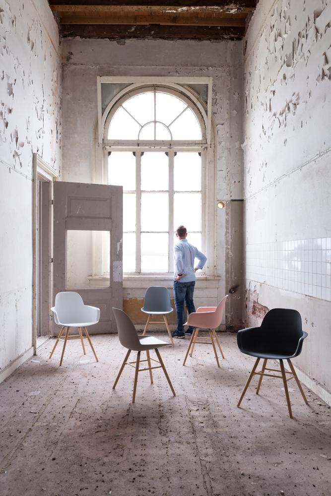 Flotte skalstole fra Zuiver står her placeret i et interiør.